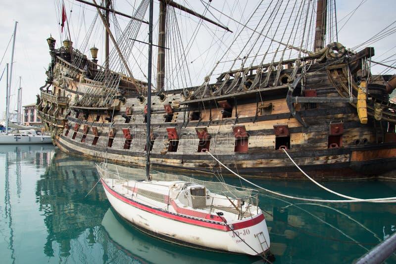 Barco pirata de IL Galeone Neptuno en Genoa Porto Antico (puerto viejo imágenes de archivo libres de regalías