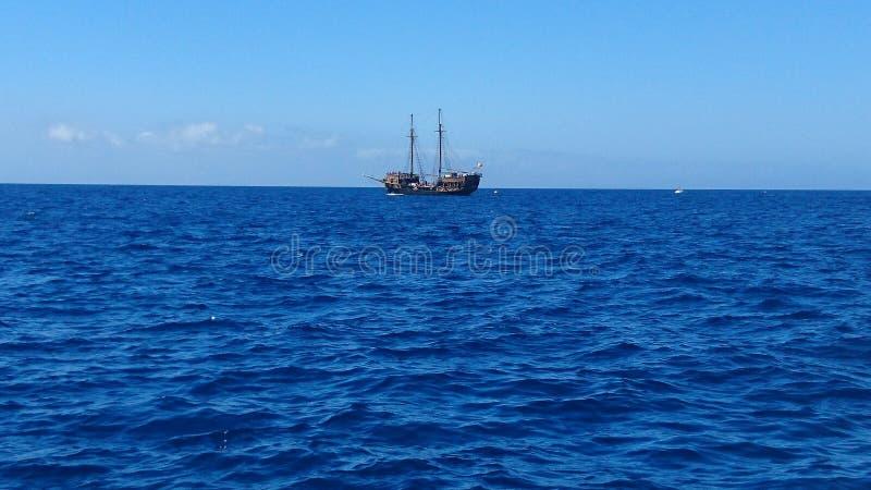 Barco pirata en los altos mares fotografía de archivo libre de regalías