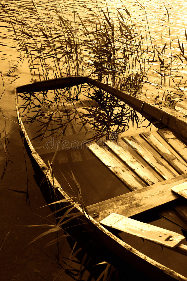 Barco por completo del agua fotos de archivo