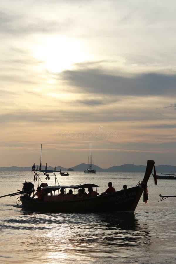 Barco, praia do Ao Nang, Tailândia foto de stock