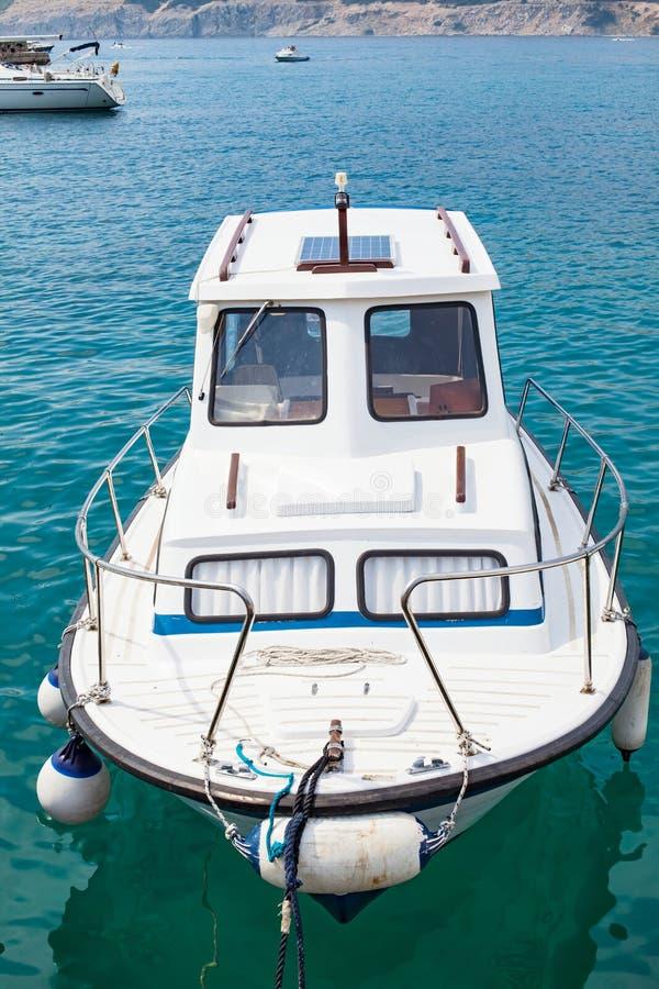 Barco privado en el mar adriático fotografía de archivo