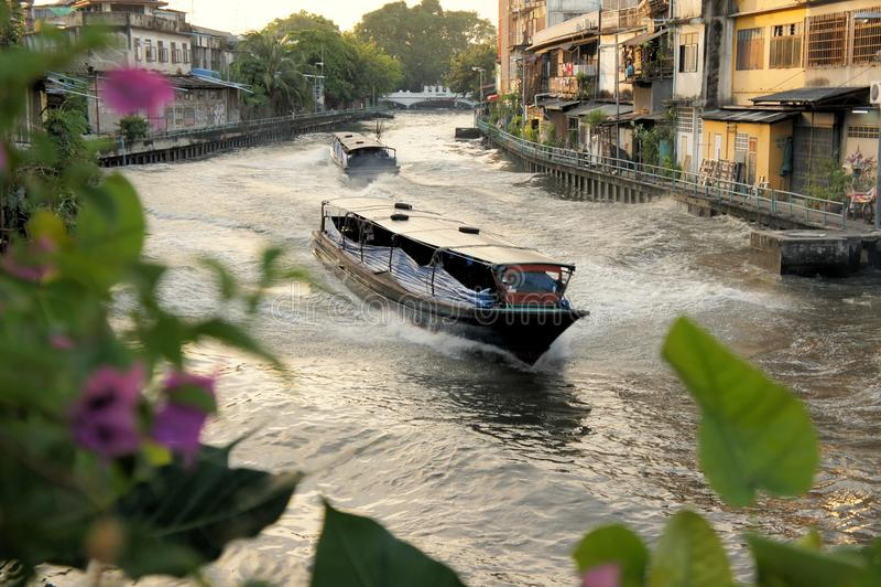 Barco que apressa-se no canal de San Saep em Banguecoque fotografia de stock royalty free