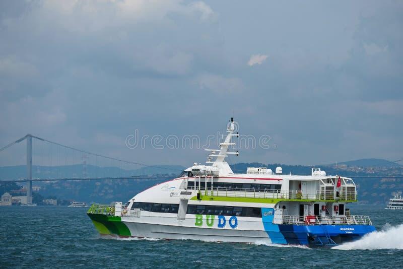 Barco que cruza acima do Bosphorus em Istambul fotos de stock