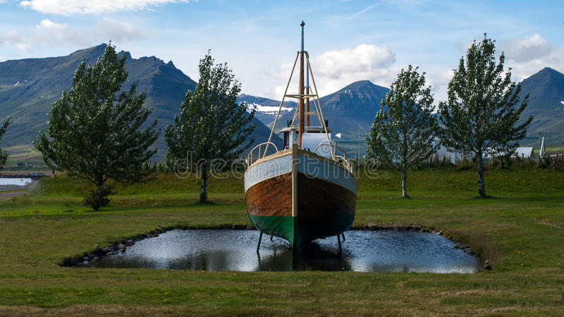Barco que eleva y mantiene flotando en un pequeño lago imagen de archivo libre de regalías