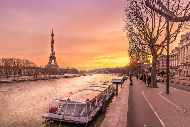Barco que espera la travesía de río Sena en la vertiente de la torre Eiffel, París, Francia fotografía de archivo