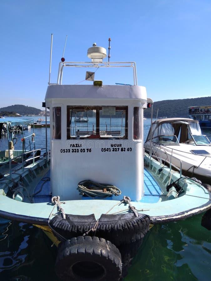 Barco que fica na ilha de Burgazada Istambul no porto marítimo de Marmara no dia ensolarado fotos de stock