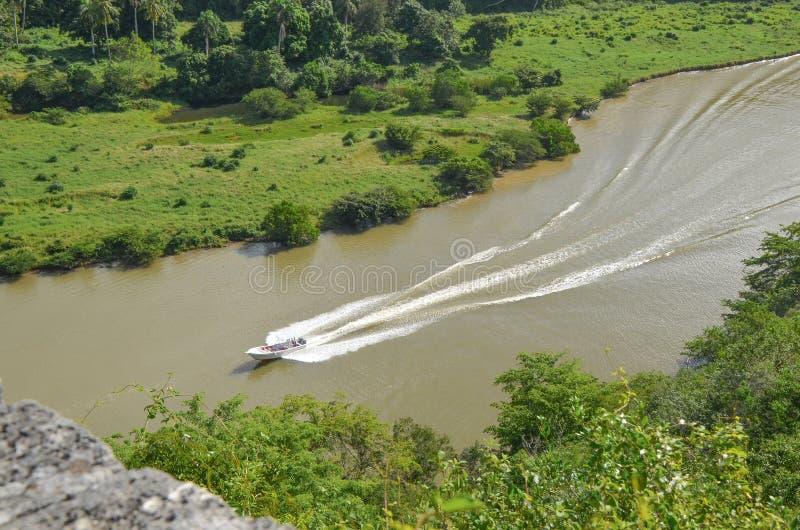 Barco que flota en el río fotografía de archivo libre de regalías