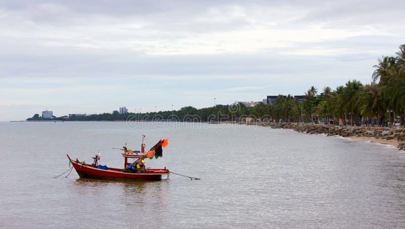 Barco que flutua no mar de Tailândia fotos de stock