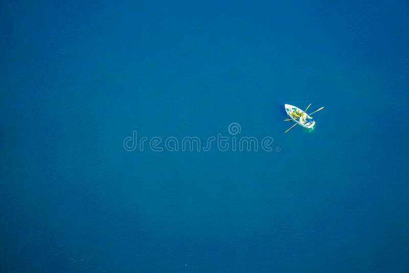 Barco que flutua no mediterrâneo imagens de stock