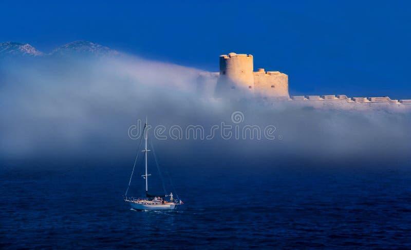 Barco que hace frente a una tormenta en el mar Mediterráneo fotografía de archivo libre de regalías