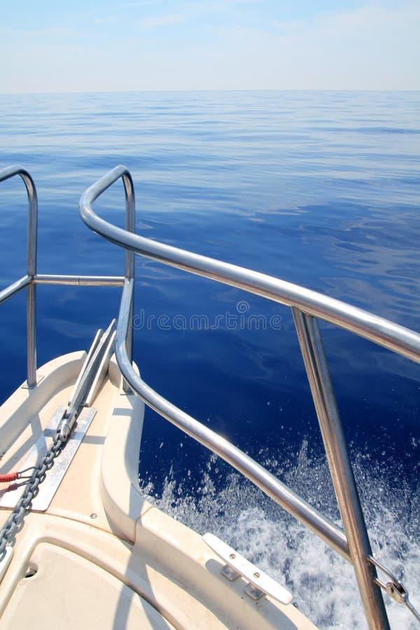 Barco que navega el pasamano tranquilo azul del arqueamiento del mar del océano fotografía de archivo libre de regalías