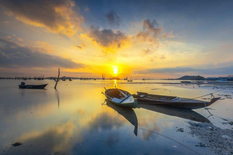 Barco que parquea en la playa del pueblo de la playa foto de archivo