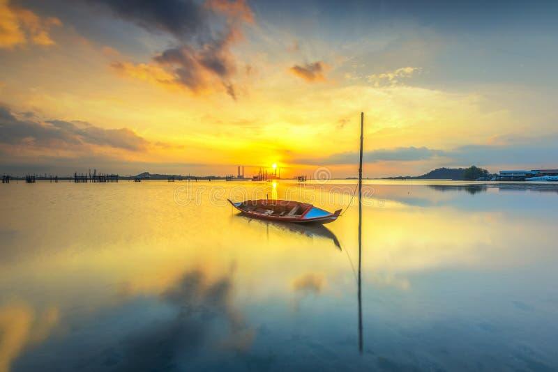 Barco que parquea en la playa del pueblo foto de archivo libre de regalías