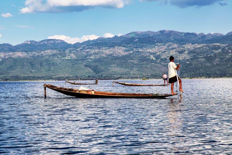 Barco que rema del pescador por la pierna en el lago Inle, Myanmar foto de archivo libre de regalías
