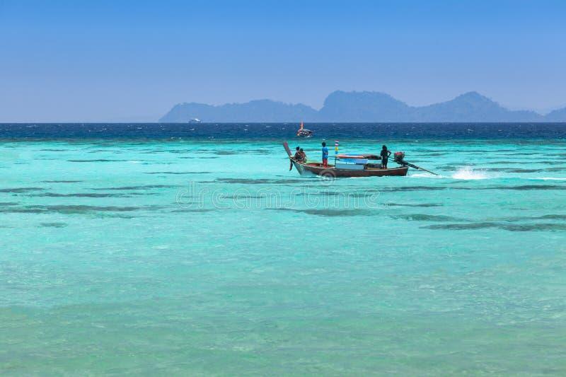 Barco que se zambulle tailandés en un mar azul claro en Koh Lipe imagen de archivo libre de regalías