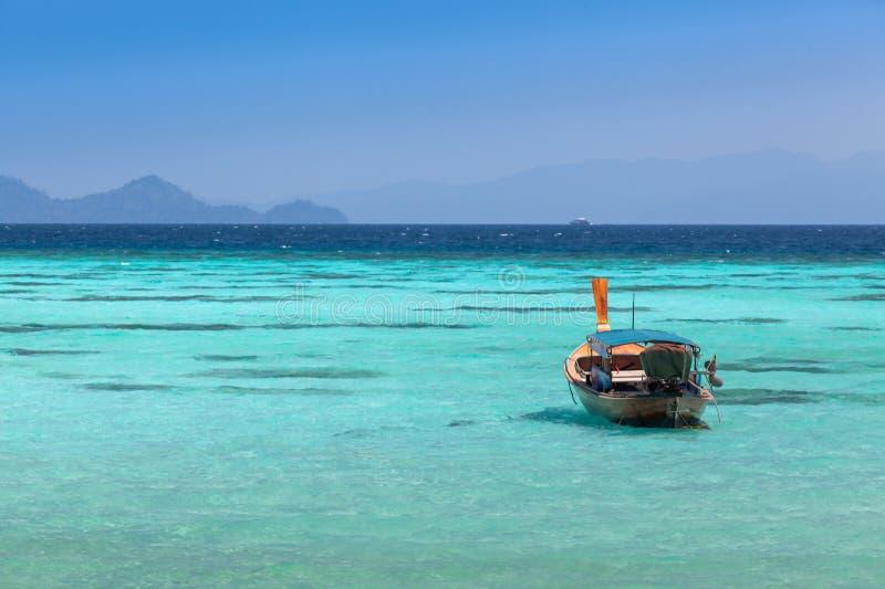 Barco que se zambulle tailandés en un mar azul claro en Koh Lipe imagenes de archivo