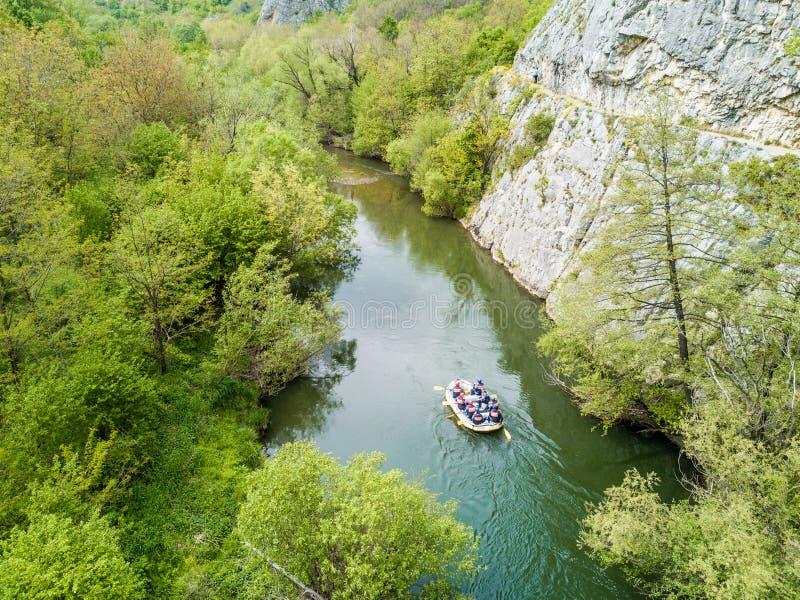 Barco que transporta no rio Vista aérea de um zangão nos desfiladeiros de Nera fotografia de stock
