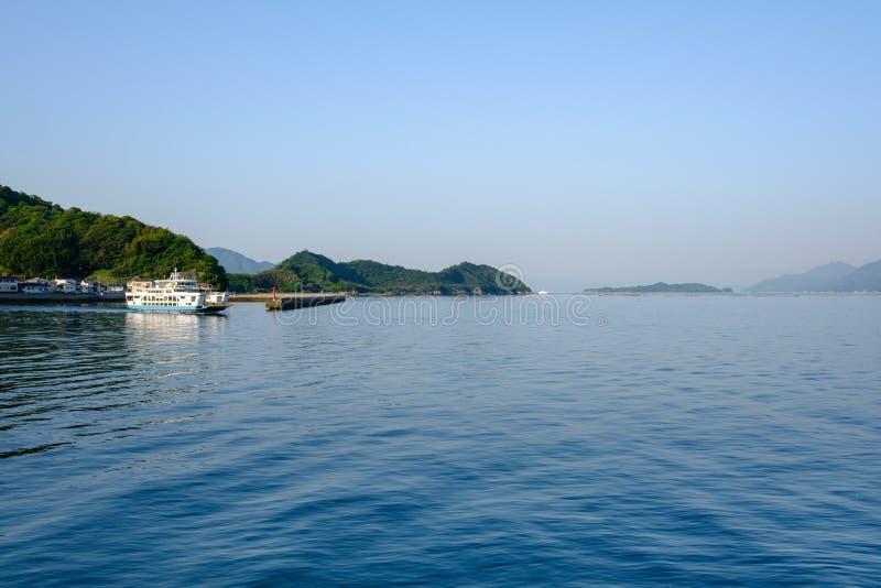 Barco que vive el puerto en el mar interior cerca de Hiroshima imagen de archivo libre de regalías