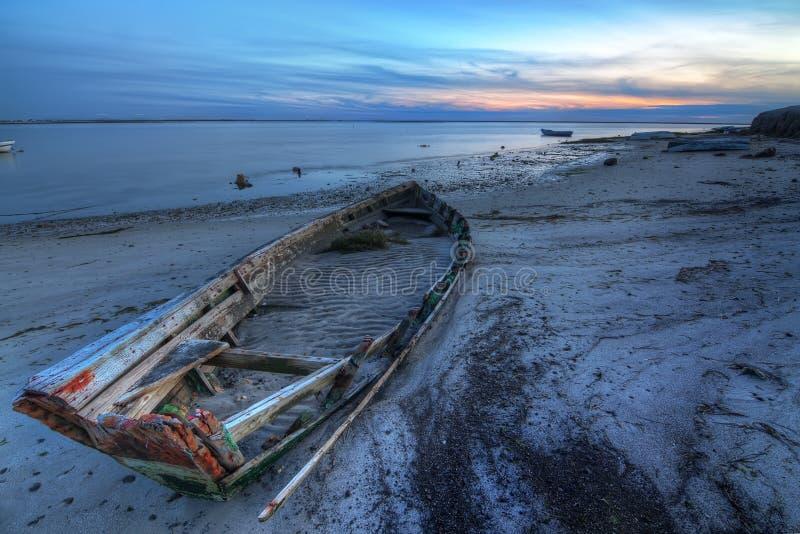 Barco quebrado abandonado velho no mar. imagens de stock