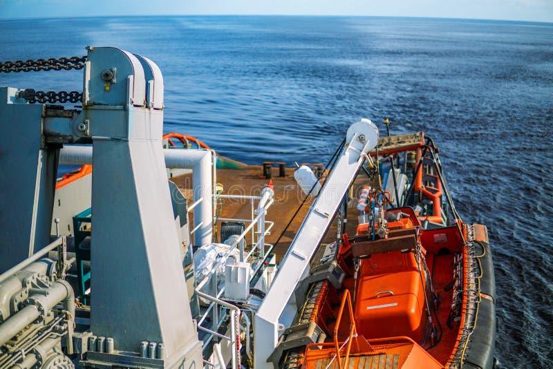 Barco r?pido del bote salvavidas o del arte de rescate de FRC en el buque en el mar fotos de archivo libres de regalías