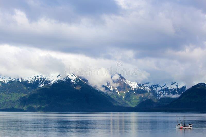 Barco rastreador, cordillera y cielo de la pesca imagen de archivo libre de regalías