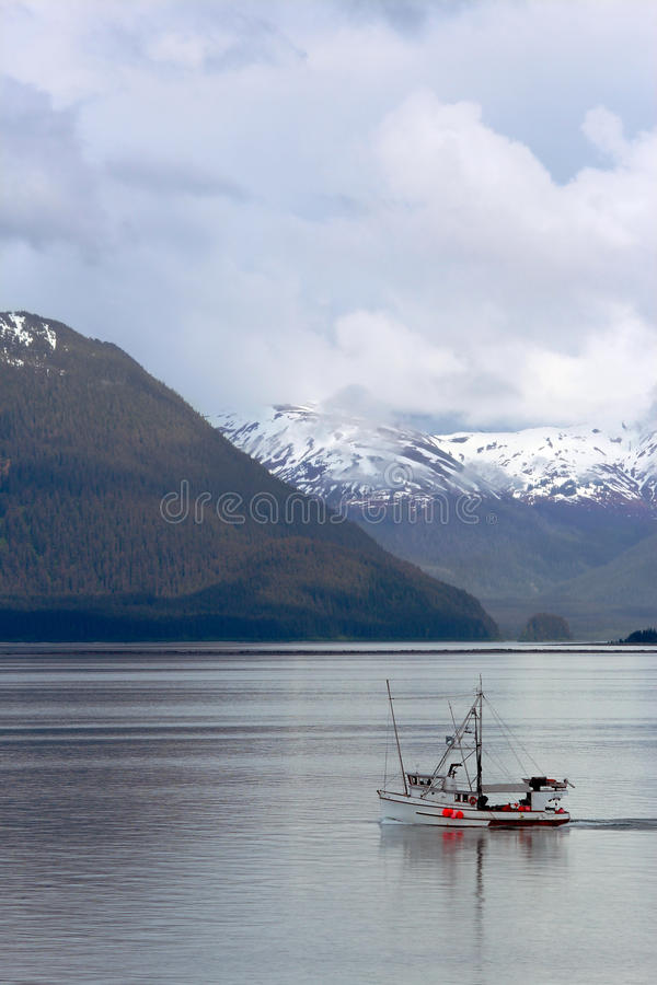 Barco rastreador de la pesca en el Glacier Bay Alaska imagen de archivo