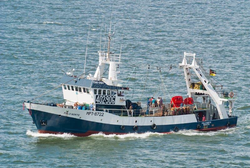 Barco rastreador de la pesca en el mar foto de archivo