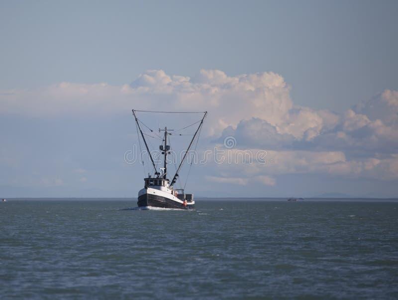 Barco rastreador de la pesca profesional en Alaska suroriental foto de archivo libre de regalías