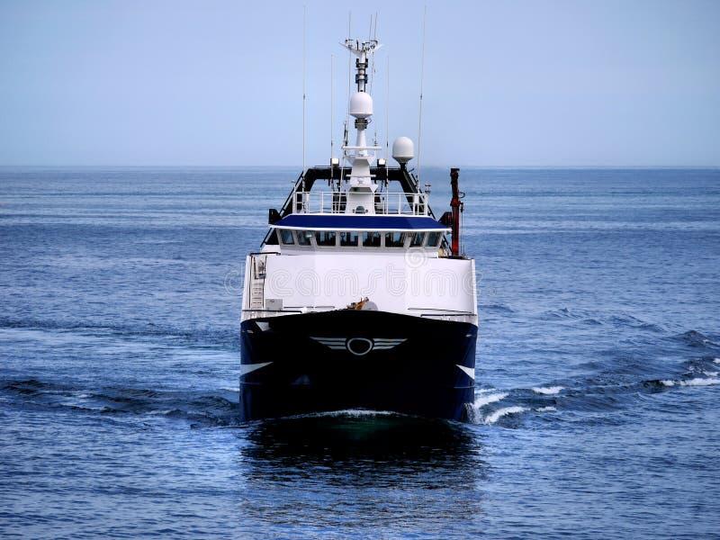 Barco rastreador de la pesca que se mueve a continuación fotografía de archivo