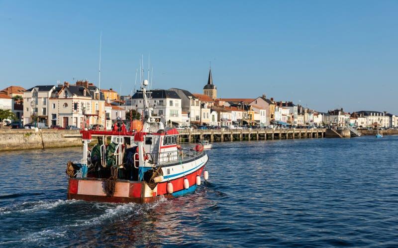 Barco rastreador de la pesca que vuelve al puerto imagen de archivo