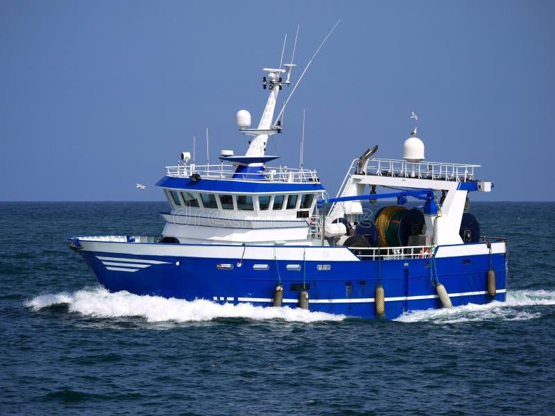 Barco rastreador moderno en curso en el mar fotografía de archivo libre de regalías
