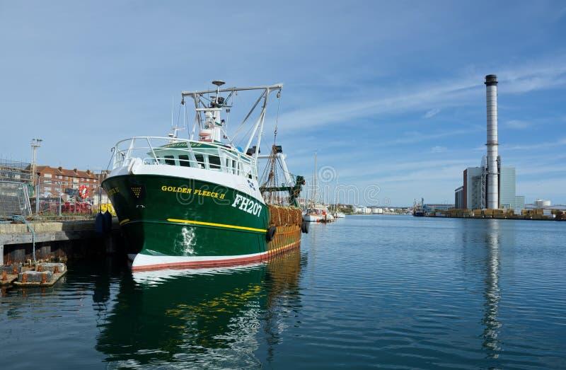 Barco rastreador, paño grueso y suave de oro II Pesca ilegal Puerto de Shoreham fotografía de archivo