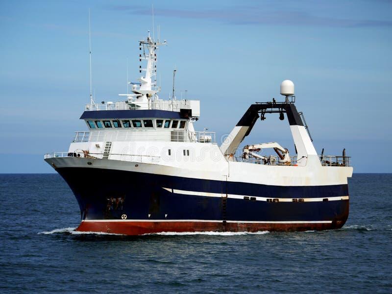 Barco rastreador severo en curso en el mar imagenes de archivo
