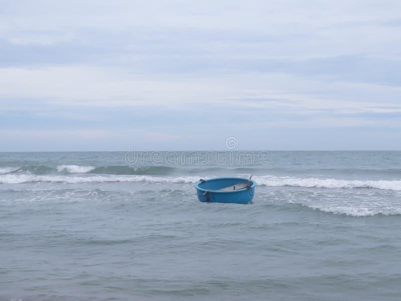 Barco redondo vietnamita tradicional en el mar, amarrado a la orilla foto de archivo libre de regalías