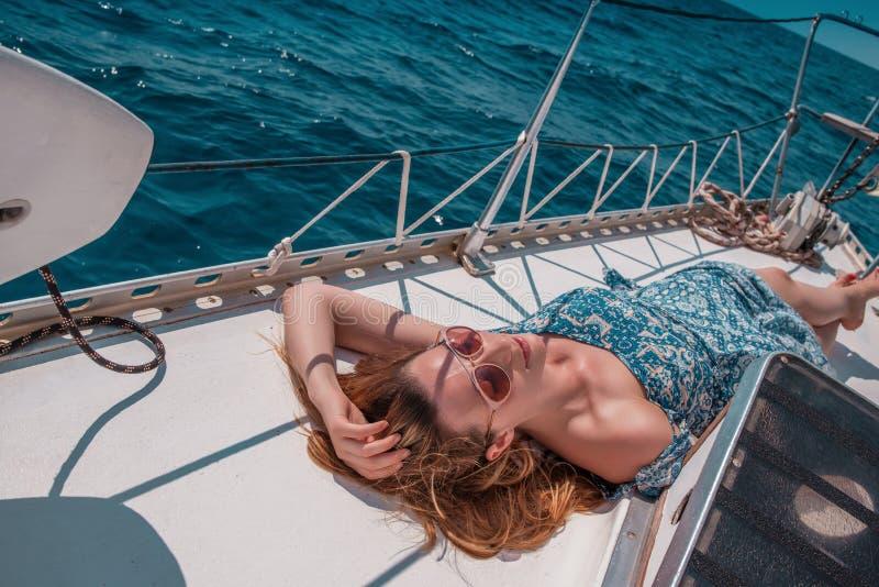 Barco relaxante feminino fotografia de stock royalty free