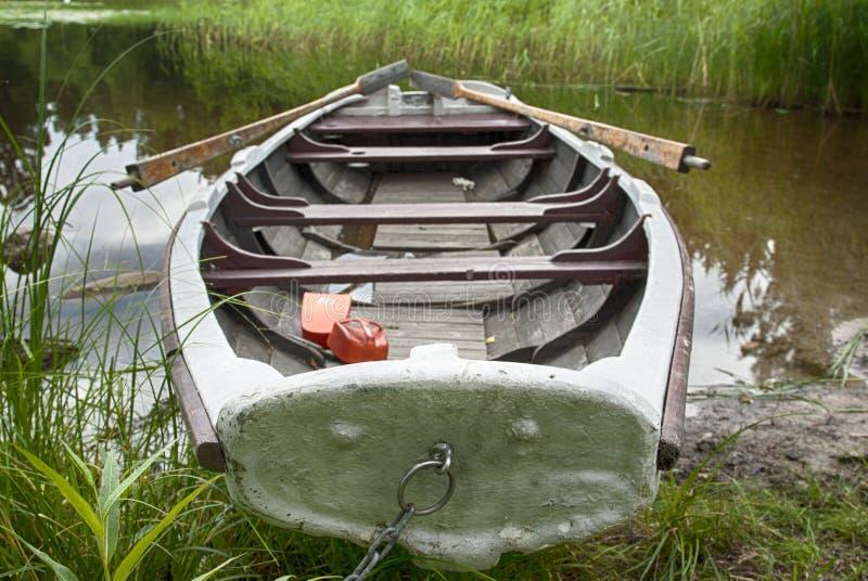 Barco a remos na costa imagem de stock