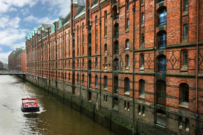 Barco rojo en Hamburgo imagen de archivo libre de regalías