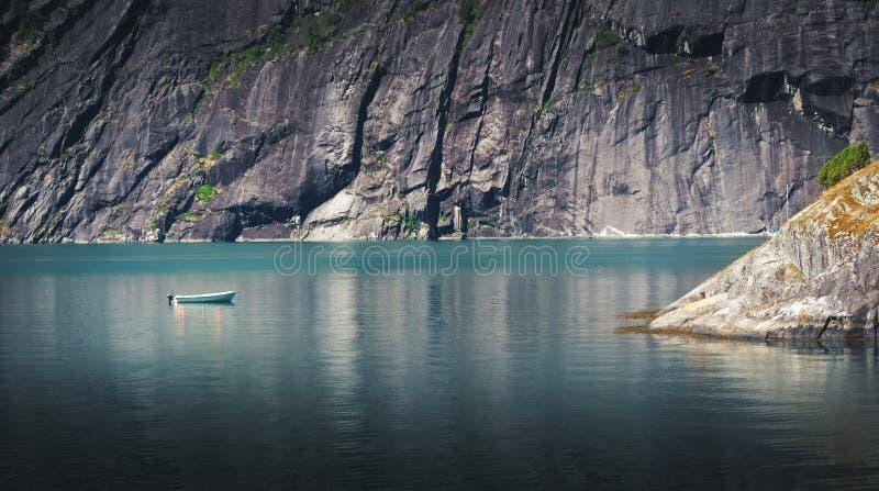 Barco só em águas calmas em Noruega imagem de stock royalty free
