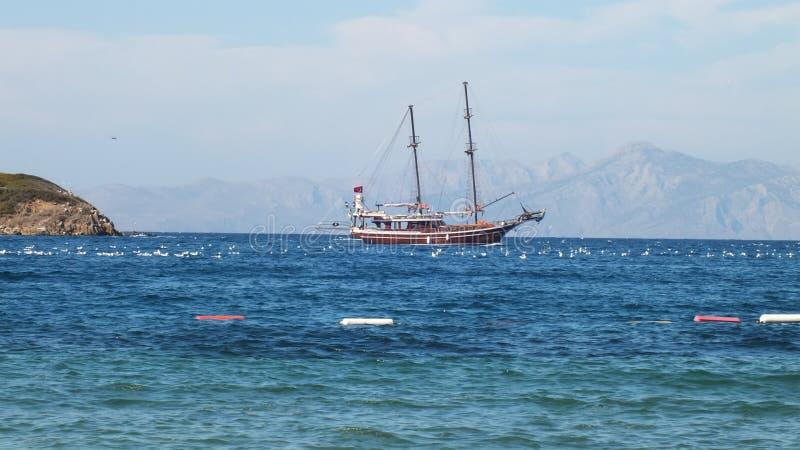 Barco só em um mar calmo fotografia de stock royalty free