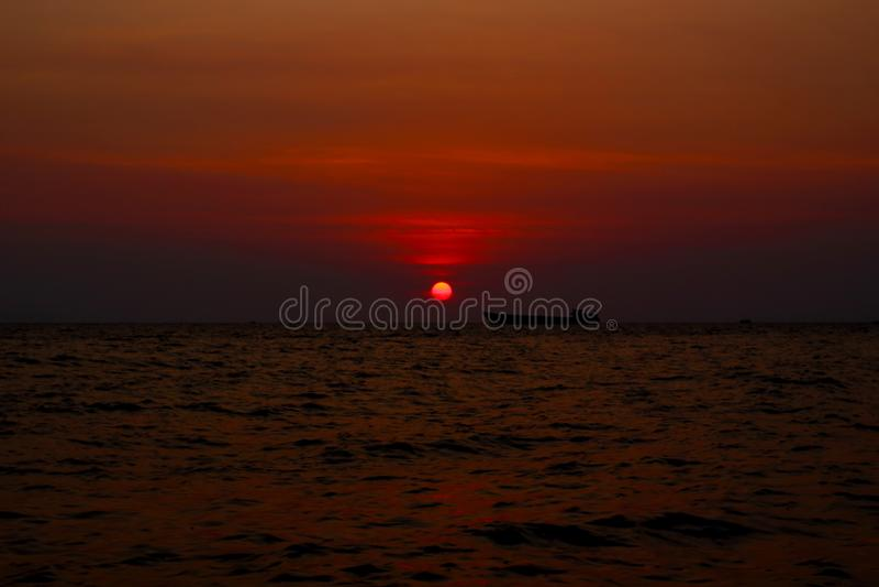 Barco s? no mar sob o c?u do por do sol imagens de stock royalty free