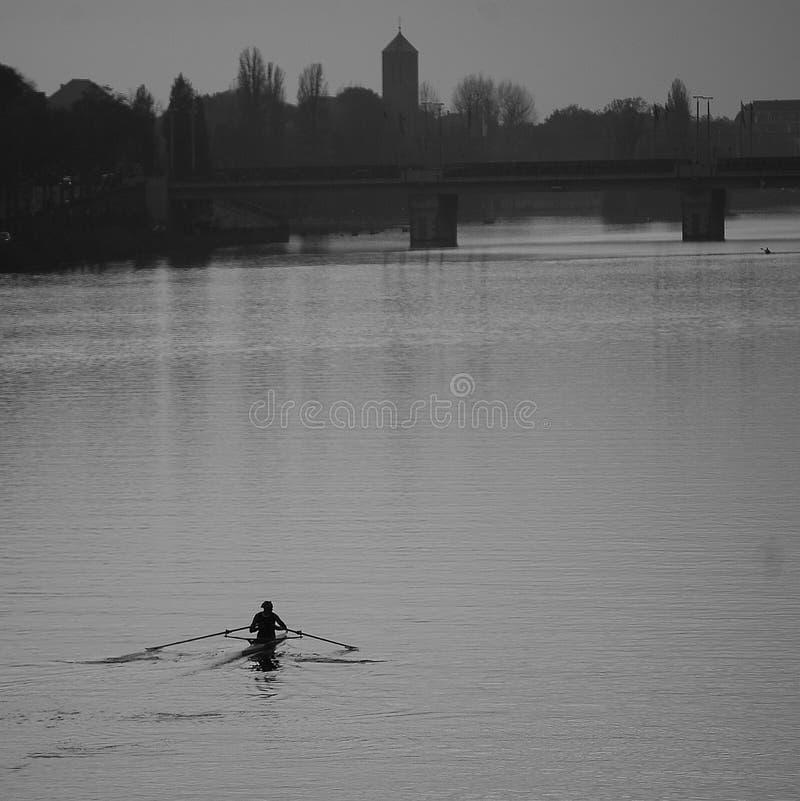 Barco só no rio imagem de stock royalty free