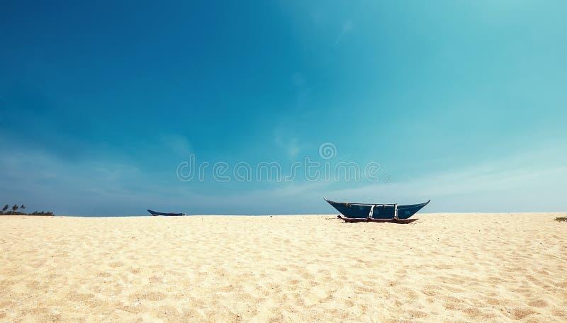 Barco só no Sandy Beach perto do Tangalle, S do ` s dos pescadores imagem de stock royalty free