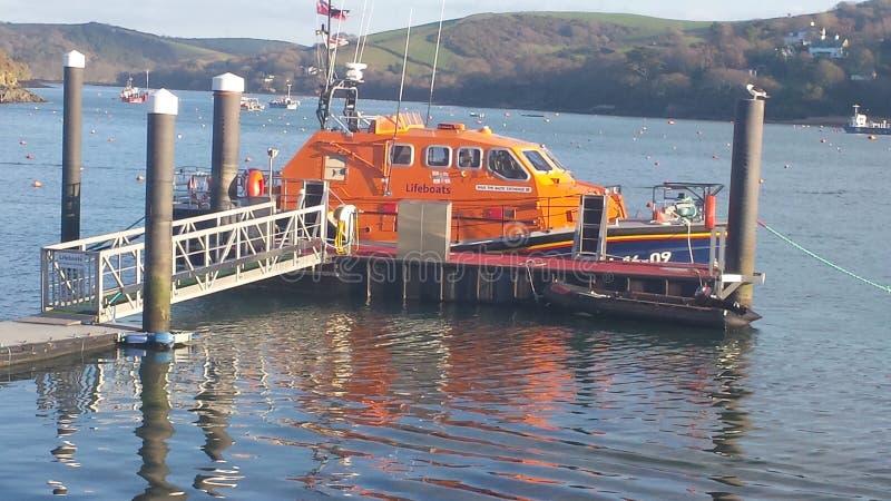Barco salva-vidas em uma amarração no Reino Unido fotografia de stock