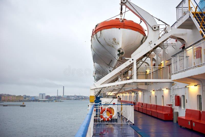 Barco salva-vidas no lado de porto do navio fotos de stock