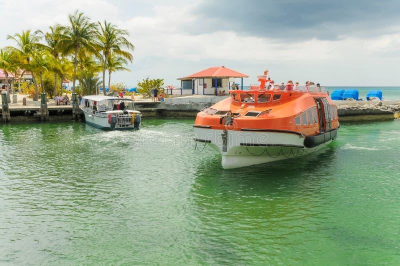 Barco salva-vidas que cruza com os passageiros ansiosos para obter à costa fotografia de stock