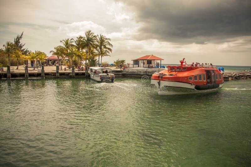 Barco salva-vidas que cruza com os passageiros ansiosos para obter à costa imagem de stock