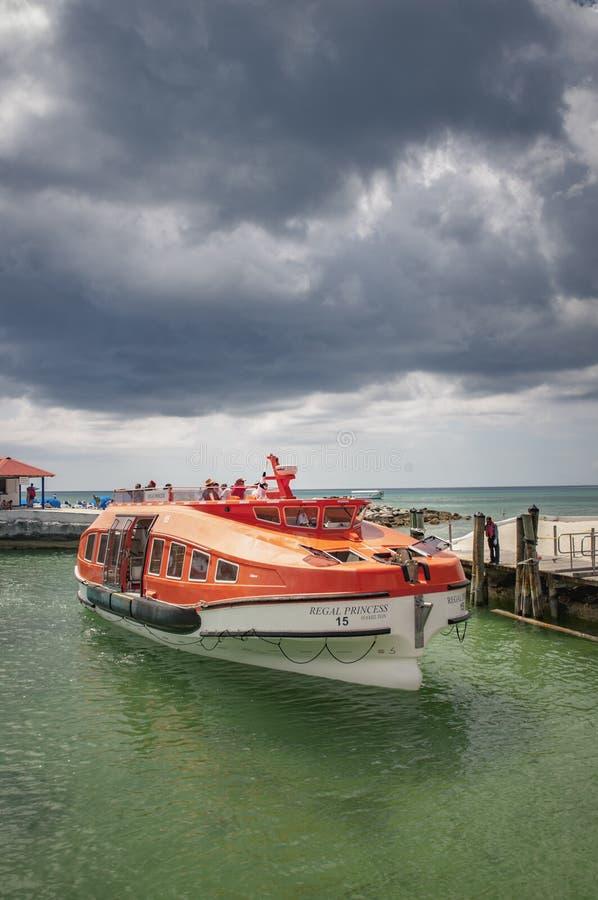 Barco salva-vidas que cruza com os passageiros ansiosos para obter à costa fotos de stock