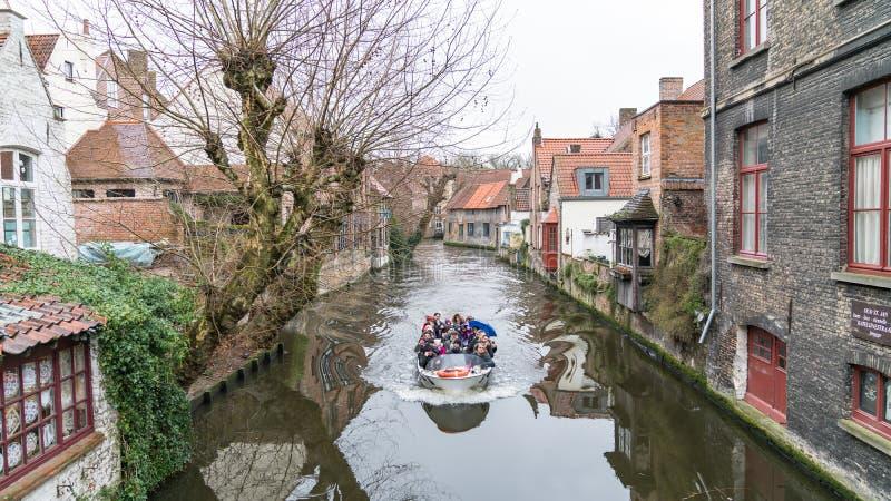Barco sightseeing do turista no canal em Bruges no inverno, Bruges, Bélgica imagem de stock