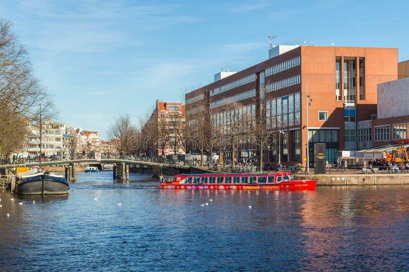 Barco Sightseeing nos canais de Amsterdão fotos de stock royalty free