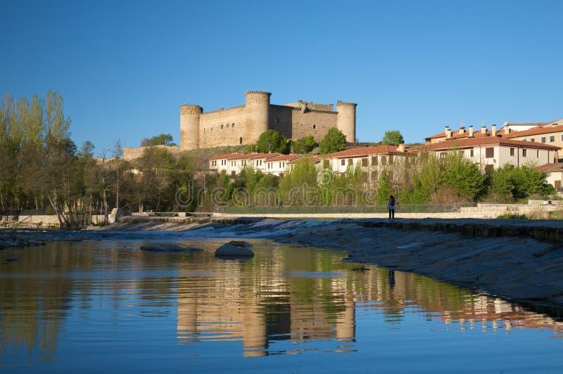 Barco slott från den Tormes floden royaltyfria bilder